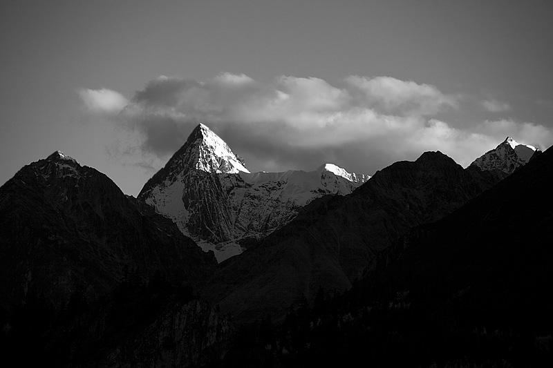 Himalayan mountain range seen from within Tibet. - Rangwu, Tibet - Daily Travel Photos