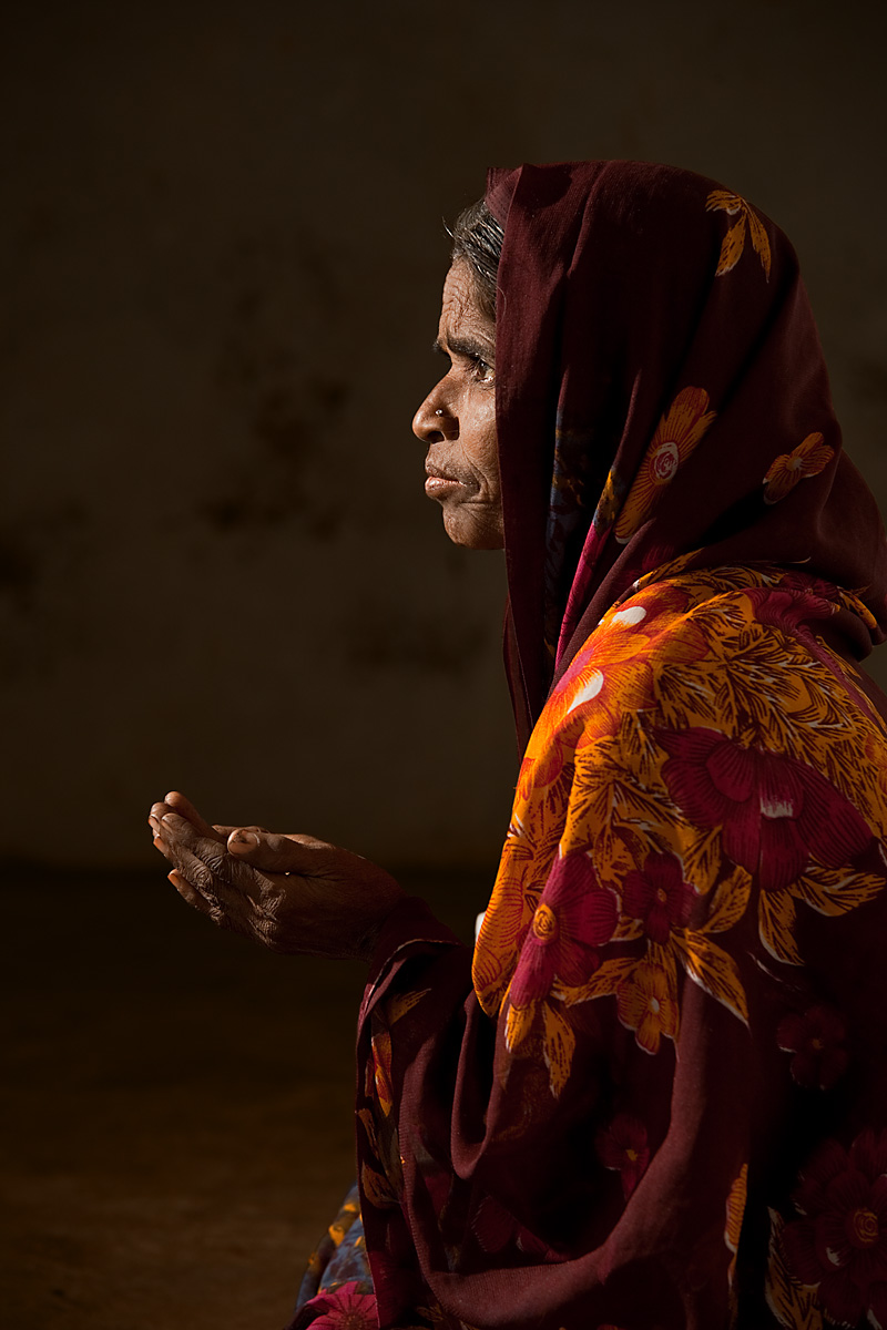 A poor Muslim-Indian woman begs for money (strobist). - Bijapur, Karnataka, India - Daily Travel Photos