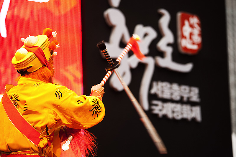 Chinese Opera Monkey Acrobatics Twirl Sword - Seoul, South Korea - Daily Travel Photos