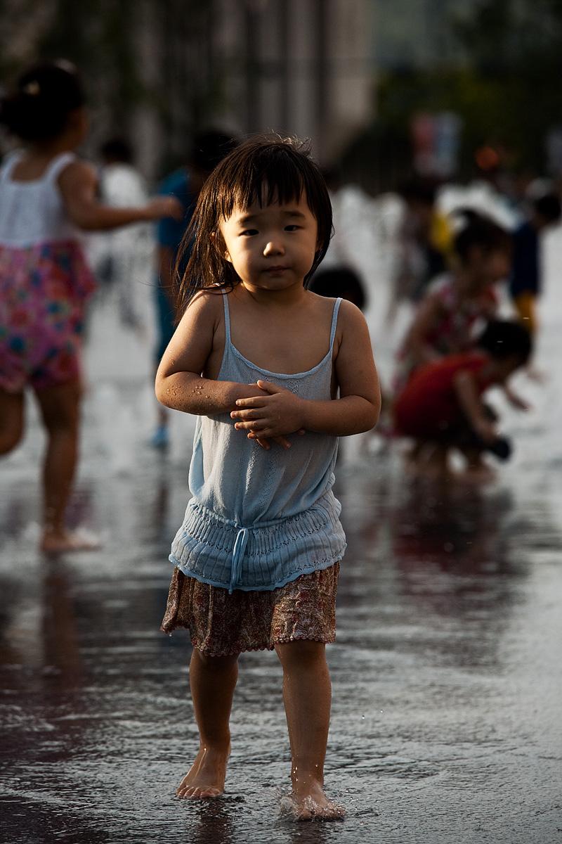 Summer Yi Sun Shin Statue Fountain Cold Cute Girl - Seoul, South Korea - Daily Travel Photos