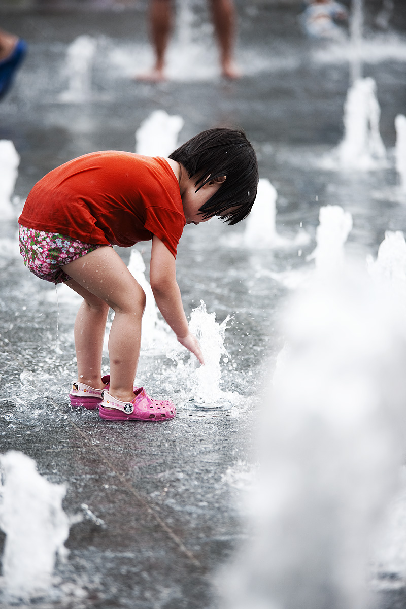 Summer Yi Sun Shin Statue Fountain Red Shirt Girl Water Face - Seoul, South Korea - Daily Travel Photos