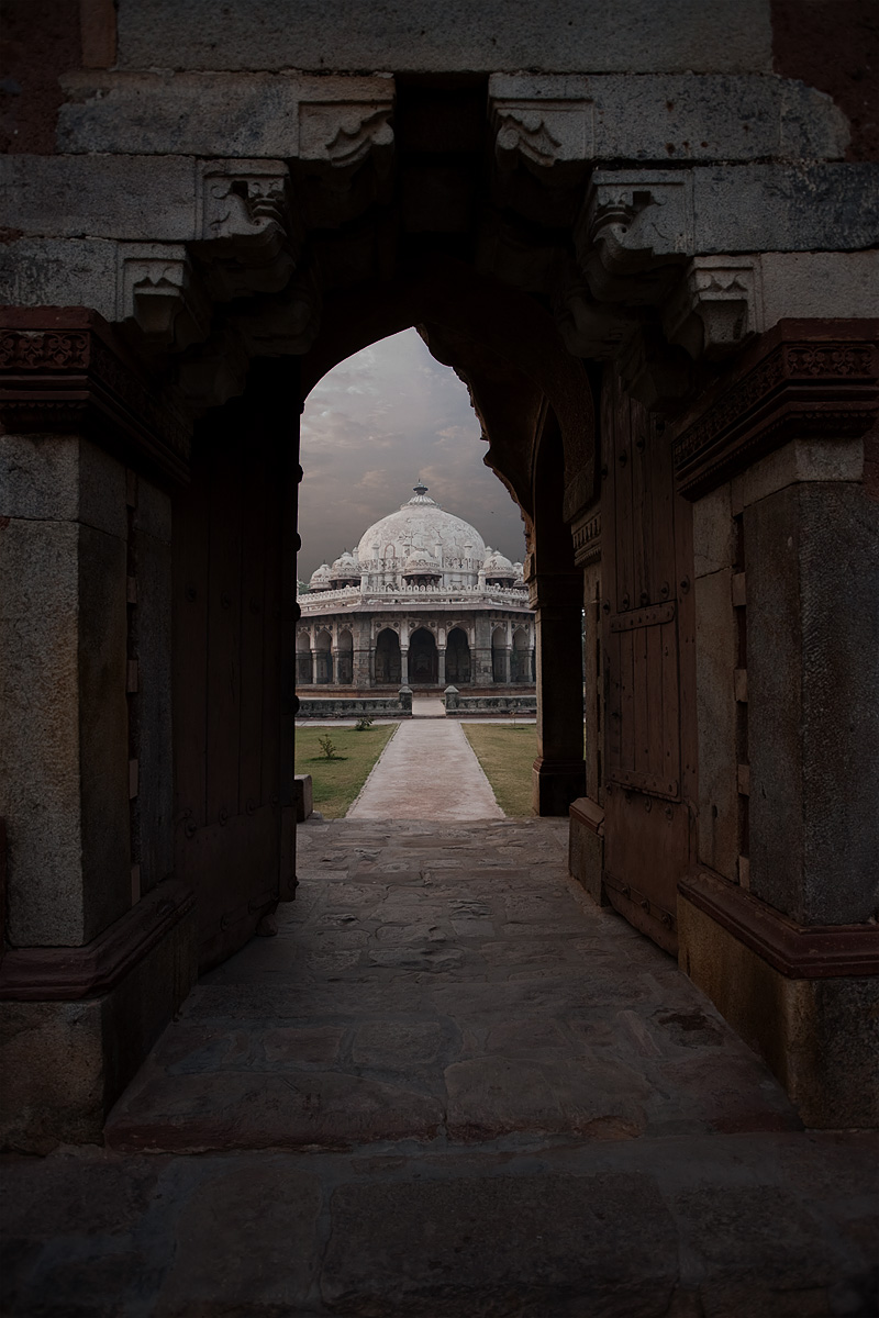 The Ali Isa Khan Niazi Tomb framed by an arched gateway. - Delhi, India - Daily Travel Photos