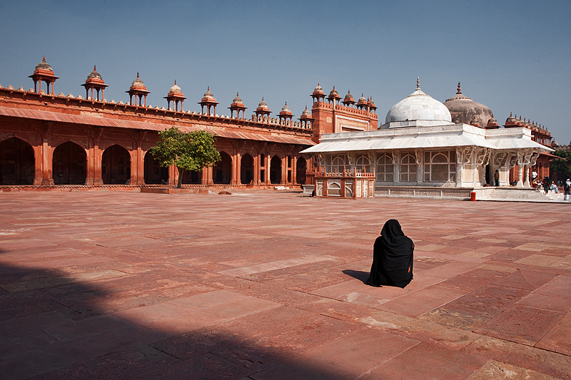 A Muslim woman faces the tomb of Shaikh Salim Chishti in the courtyard of Jama Masjid. - Fatehpur Sikri, Uttar Pradesh, India - Daily Travel Photos