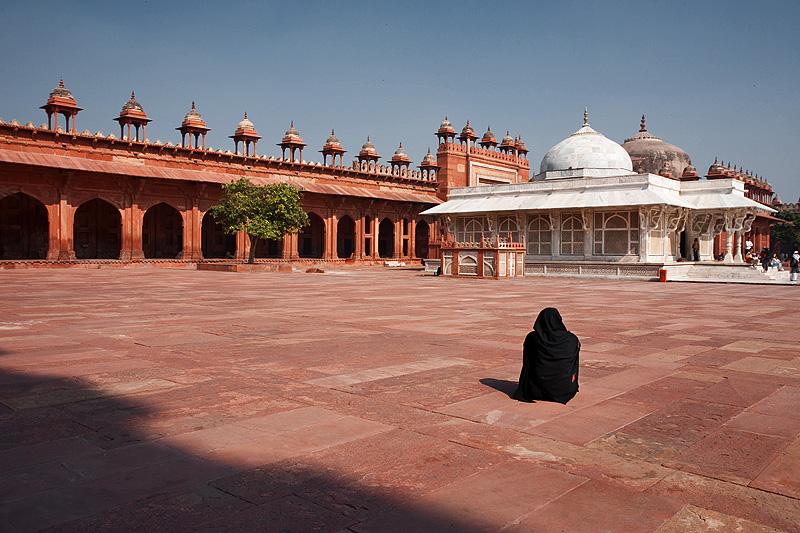 A Muslim woman faces the tomb of Shaikh Salim Chishti in the courtyard of Jama Masjid. - Fatehpur Sikri, Uttar Pradesh, India - Daily Travel Photos