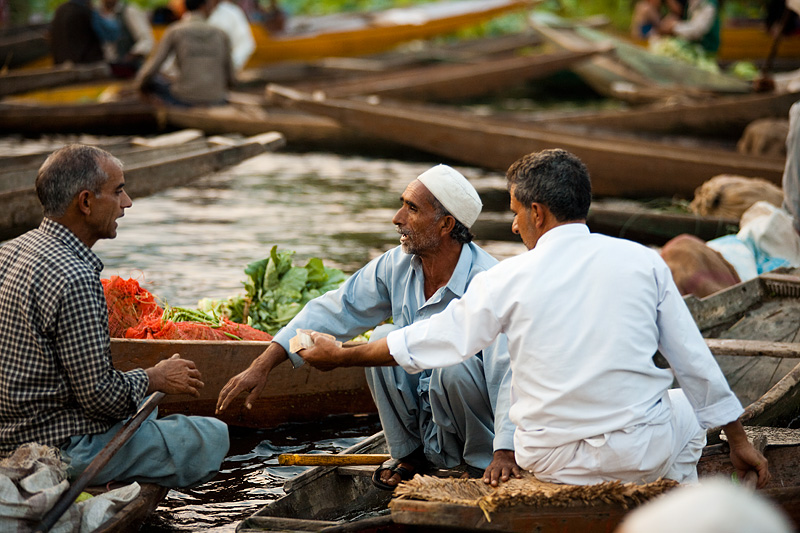 A vegetable impasse is quickly resolved by a third party's sop. - Srinagar, Kashmir, India - Daily Travel Photos