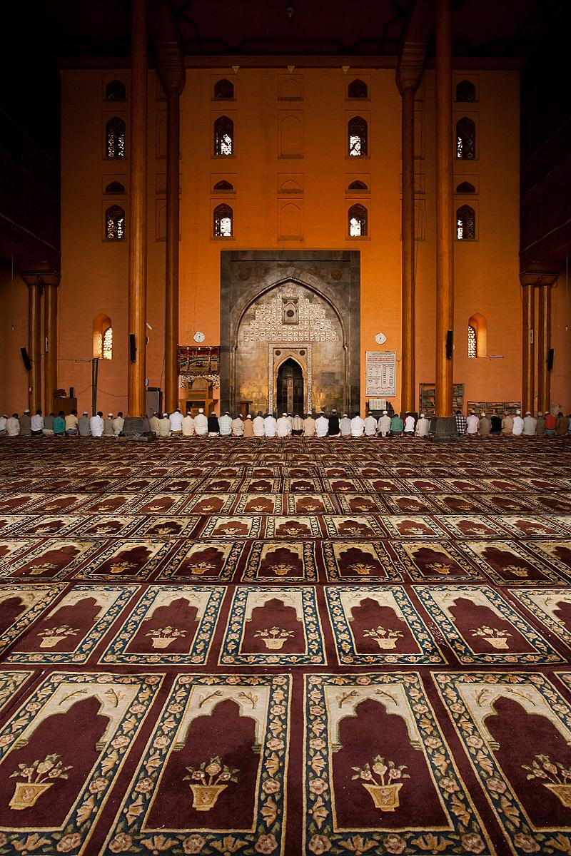 Muslims kneel for prayer at Jamia Masjid in Srinagar. - Srinagar, Kashmir, India - Daily Travel Photos