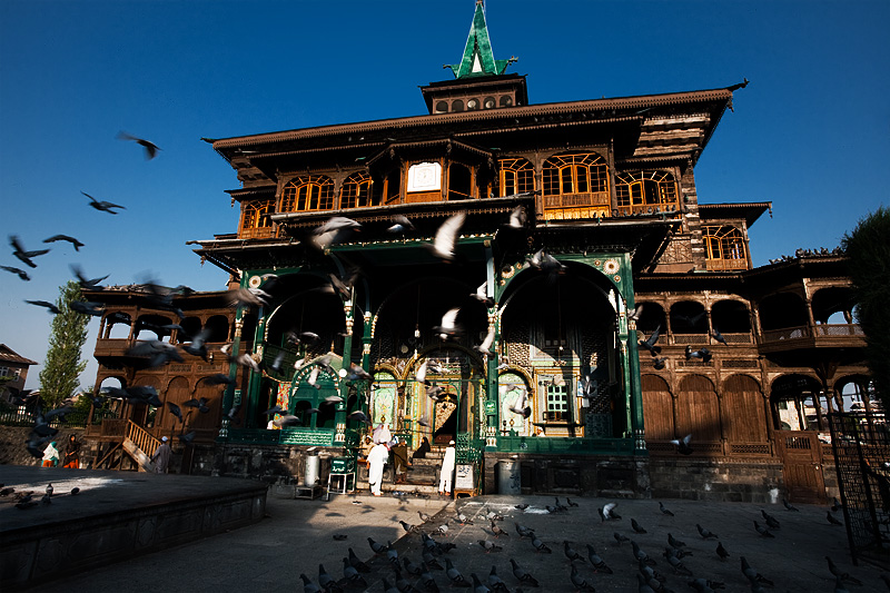 Pigeons are scared off in the courtyard of Shah-e-Hamdan mosque. - Srinagar, Kashmir, India - Daily Travel Photos