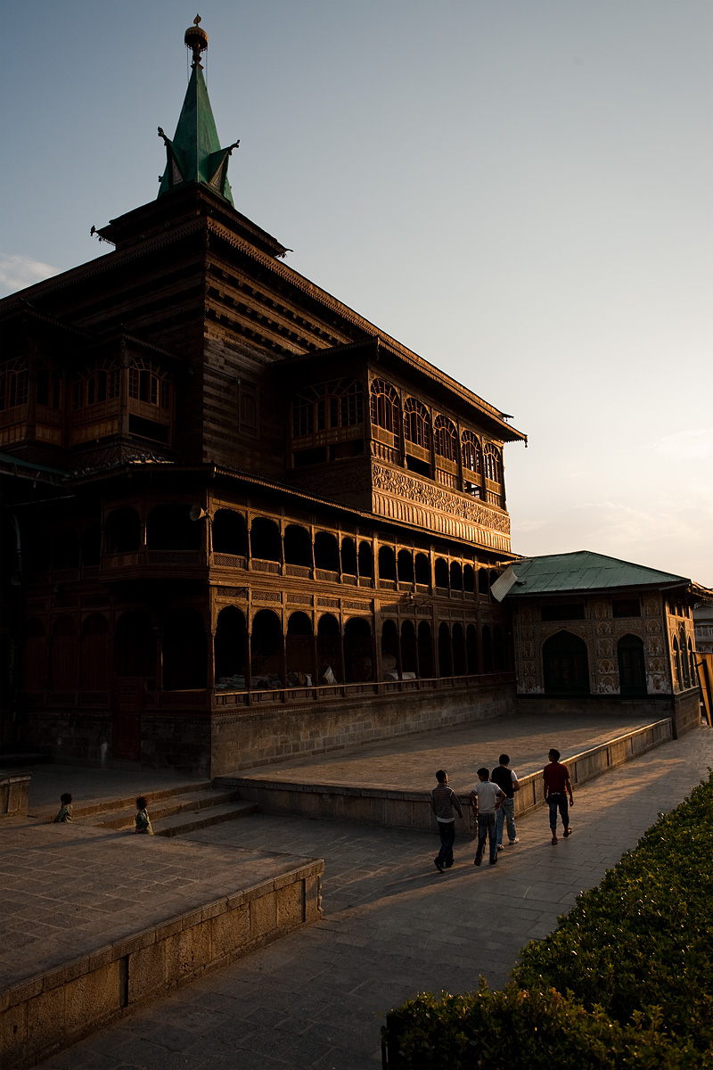 Children play in the remains of daylight at Shah-e-Hamdan mosque. - Srinagar, Kashmir, India - Daily Travel Photos