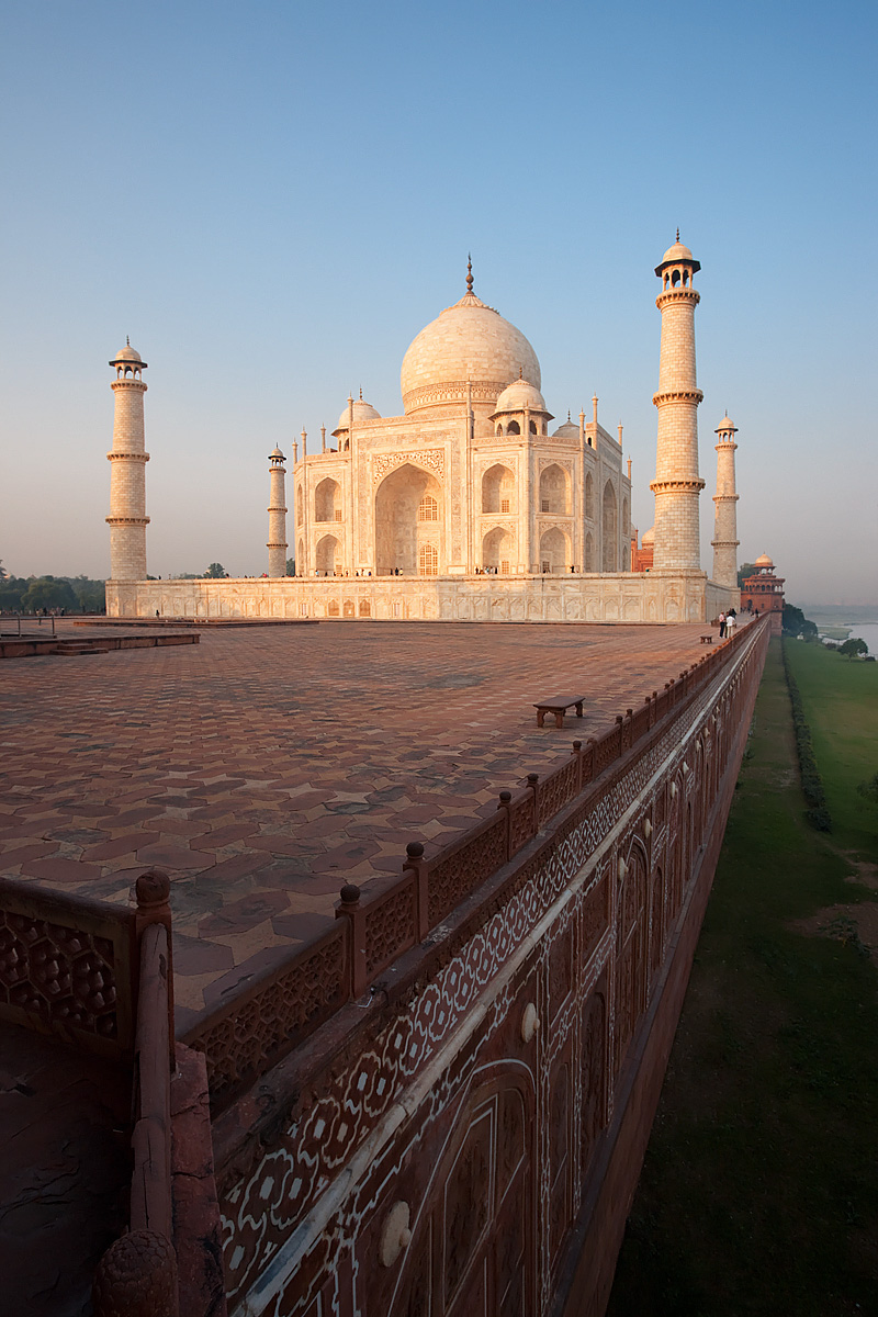 The Taj Mahal bordering the banks of the Jamuna river. - Agra, Uttar Pradesh, India - Daily Travel Photos